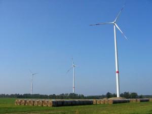 Drei neu errichtete Windkraftanlagen in der Nähe von Radensdorf