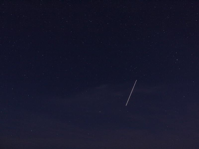 Die Internationale Raumstation hinter hohen Wolkenfeldern