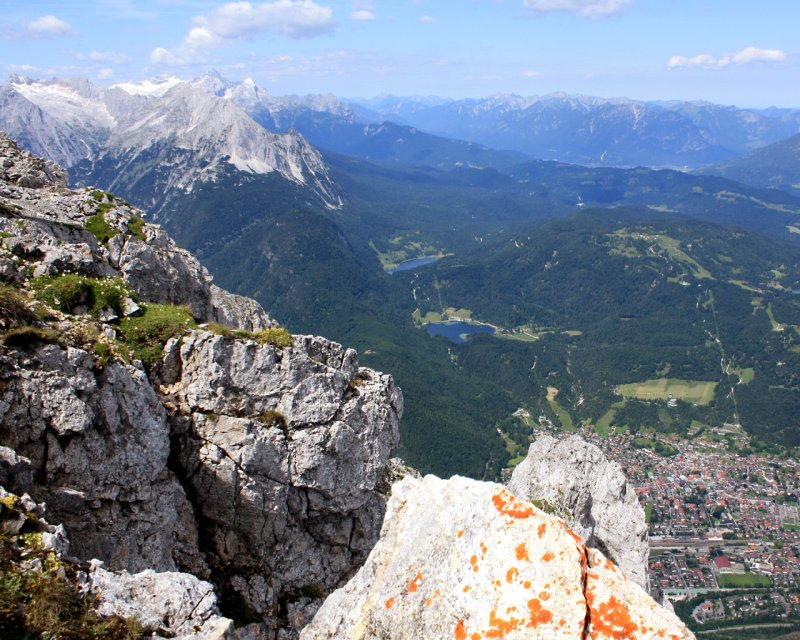Blick von der westlichen Karwendelspitze auf Mittenwald