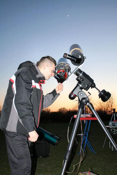 Ingo bei der Beobachtung des Mondes