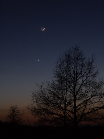 Mondsichel und Venus am Abend des 16. April 2010