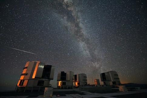 Perseid über dem VLT © 2010 ESO/S. Guisard