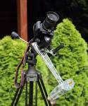 Canon EOS 1000Da mit Kitobjektiv und der AstroTrac auf einem Dreibeinstativ