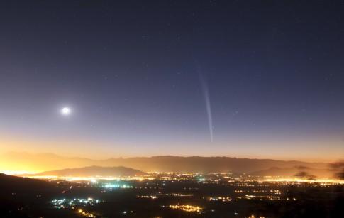 Komet Lovejoy am 22. Dezember 2011 über Santiago/Chile © ESO/Yuri Beletzky