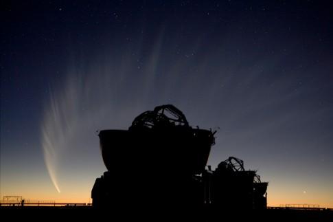 Komet McNaught nach Sonnenuntergang, zwei Hilfsteleskope des VLTI stehen im Vordergrund. Foto vom 19 January 2007. © ESO/H.H. Heyer