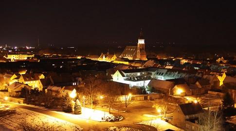 Blick von der Sternwarte auf das beleuchtete Herzberg
