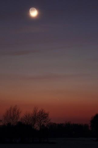 Komet Panstarrs mit der zunehmenden Mondsichel am Abend des 13. März 2013