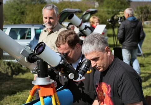 Die beiden Uwe's bei der Sonnenbeobachtung im Weiß- und H-Alpha-Licht