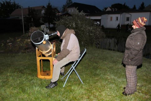 Sternfreunde bei der Beobachtung des Mondes