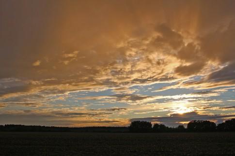 Die untergehende Sonne zaubert zusammen mit den Wolken ein hübsches Farbenspiel an den Himmel.