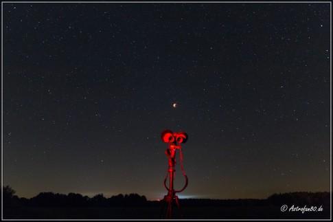 Der verdunkelte Mond am dunklen Sternenhimmel Südbrandenburgs