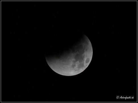 Der Mond tritt langsam in den Erdschatten ein (Aufnahme von 3:29 Uhr MESZ)
