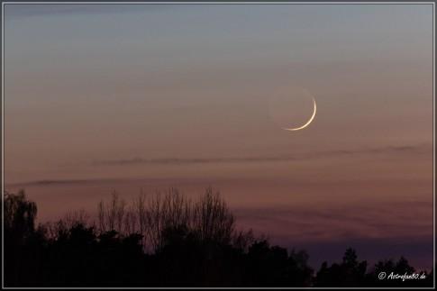 Die 31,4 Stunden alte Mondsichel in der Abenddämmerung des 8. April 2016, 18:53 Uhr UT