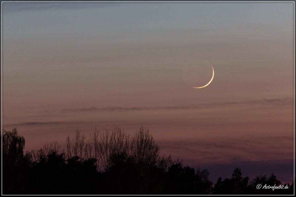 Die dünne Mondsichel und Merkur am 8. April