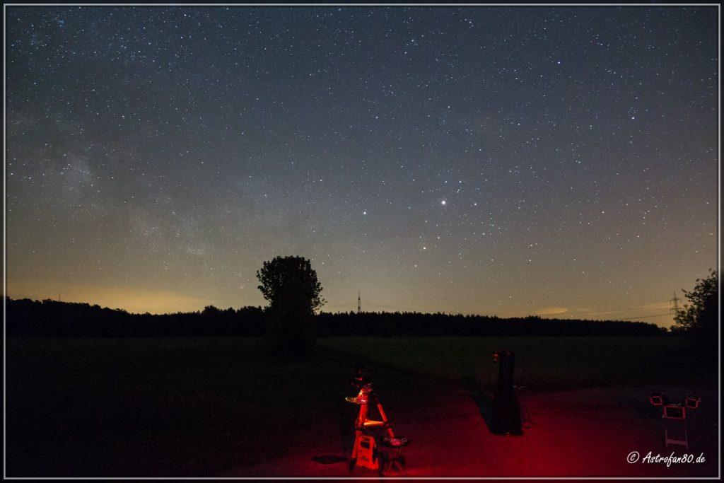Die Astrotrac mit dem 8 Zoll Dobson - im Hintergrund Aufgang von Saturn und Mars