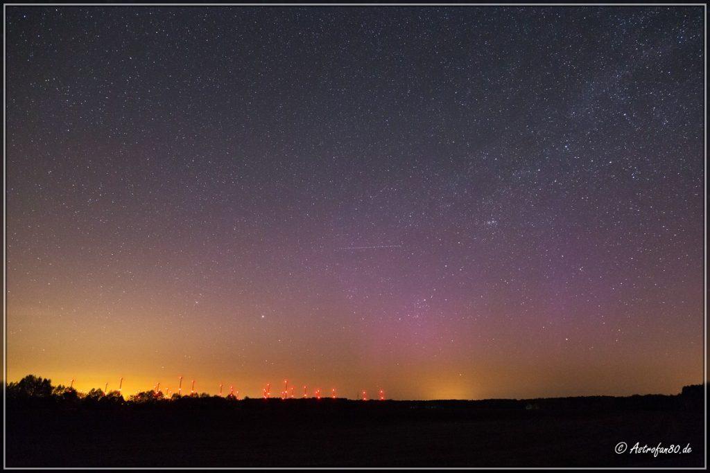 Blick in Richtung Norden mit violetten Vorhängen & einzelnen Streamern des Polarlichts