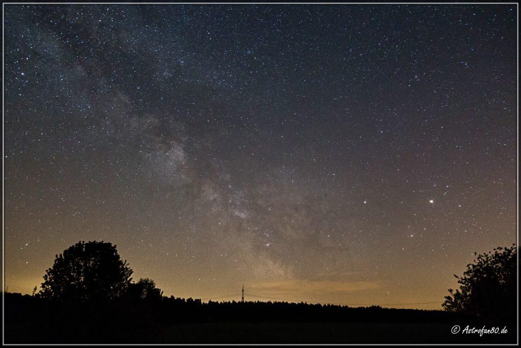 Die Sommermilchstraße über dem östlichen Horizont
