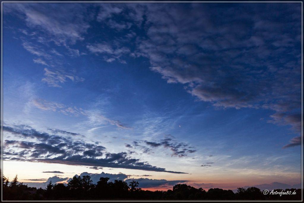 Leuchtende Nachtwolken mit ein paar Wolkenfeldern - 5. Juli 2016, 22:39 Uhr MESZ