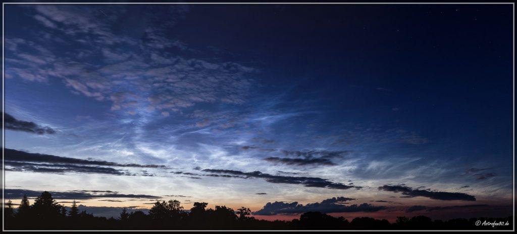 Panorama der Leuchtenden Nachtwolken aus 5 Hockantbildern (50 mm) gegen 22:50 Uhr MESZ