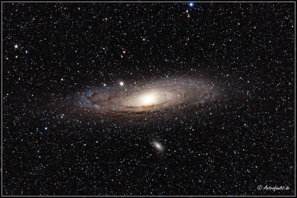 Die Andromedagalaxie mit Begleitern im Sternbild Andromeda (crop)