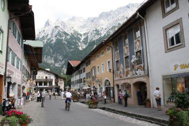 Die Innenstadt von Mittenwald mit Lüftlmalerei